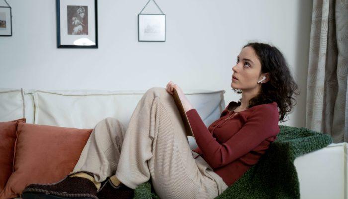 mujer pensando marcas famosas en un sillón