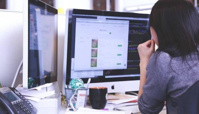 mulher em um computador clicando em um cta