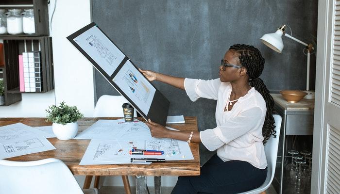 Imagem mostrando uma mulher trabalhando em um escritório, representando o que é de empreendedorismo.
