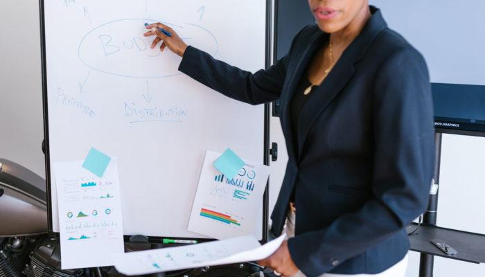 Mujer presentando un plan de negocios