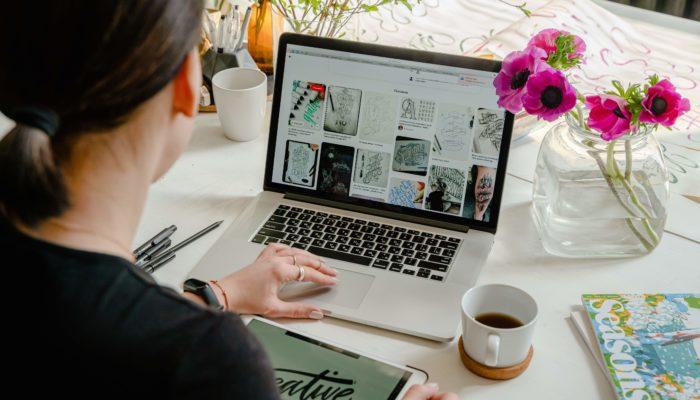mujer diseñando en la computadora