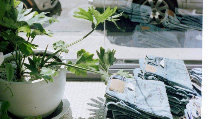 vidriera con jeans por ciclo de vida del producto