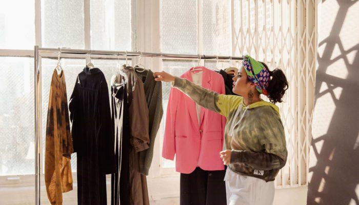 diseñadora creando una marca de ropa