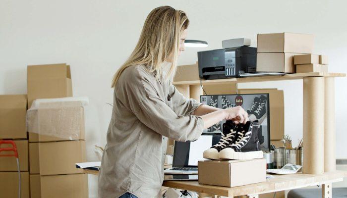 mujer vendiendo para ganar dinero por internet
