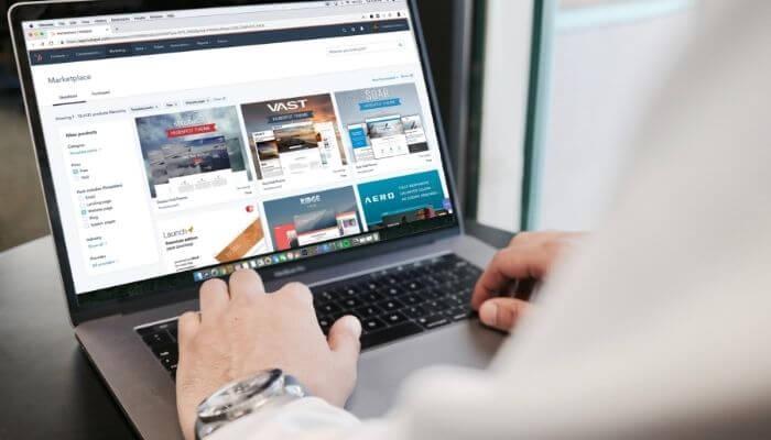 mãos digitando em um computador, montando estratégia de como ganhar dinheiro na internet