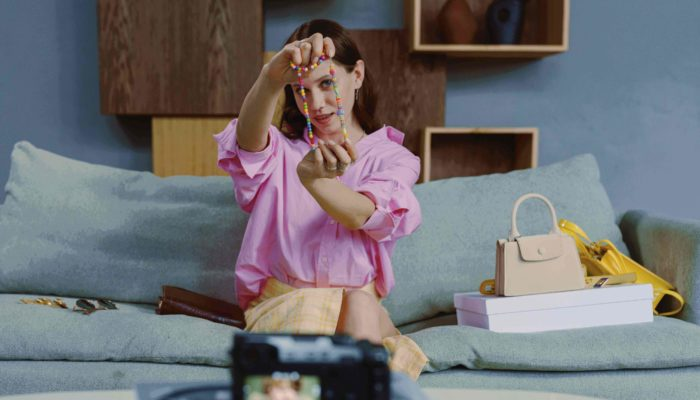 mujer influencer mostrando un collar a la cámara