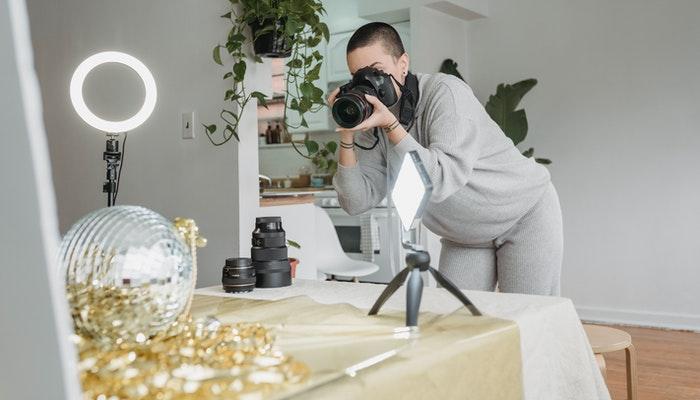 Imagem mostrando uma mulher tirando boas fotos de produtos para e-commerce.
