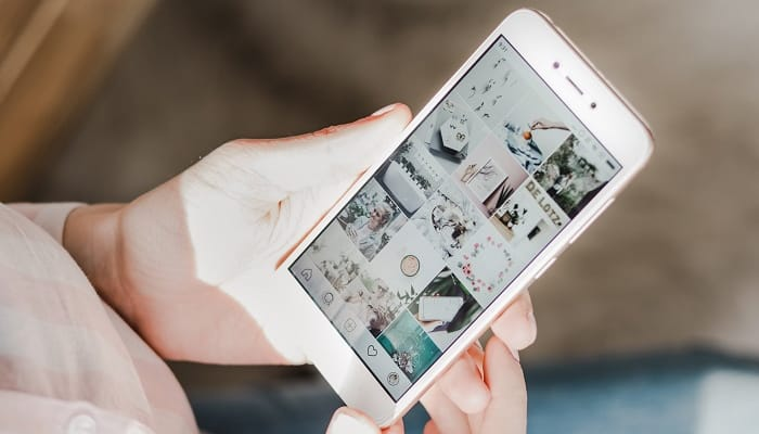 Mulher usando o Instagram Shopping