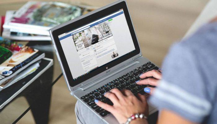 persona con laptop configurando un píxel de facebook