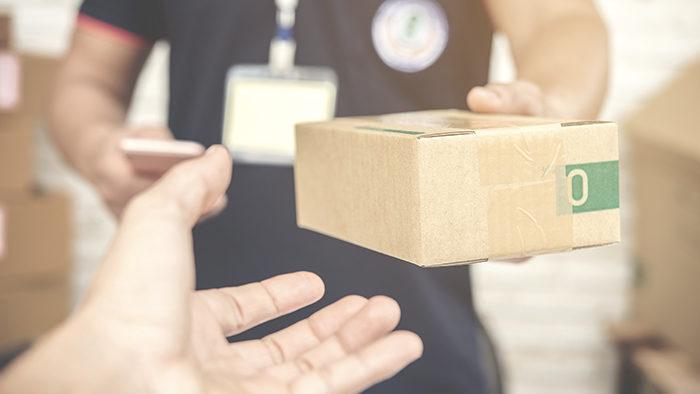 Caixa sendo entregue ao destinatário para representar soluções de frete para e-commerce.