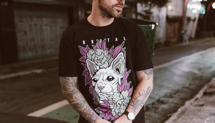 Modelo posando com camiseta da Brutal Kill.