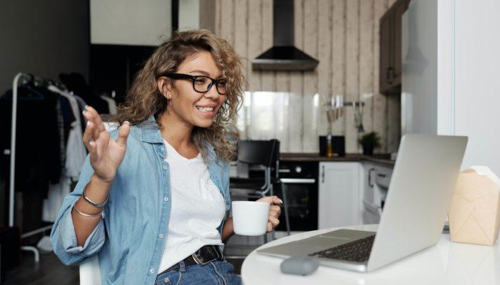 mujer en videollamada trabajando desde casa