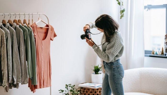 mujer sacando fotos para canales de difusión