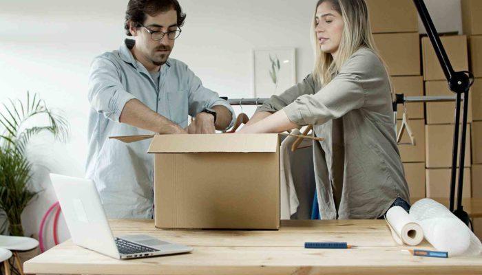 personas empacando envío para usar paquetería más barata