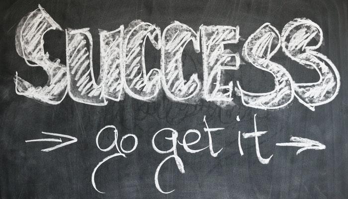 Imagem mostrando anotações em um quadro negro representando o customer success.