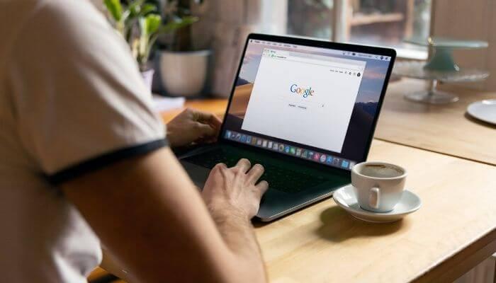 computador aberto na página inicial do Google