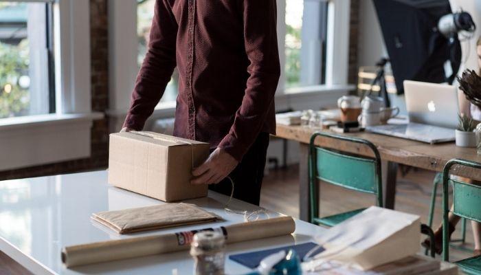 hombre organizando logística con mercado envíos