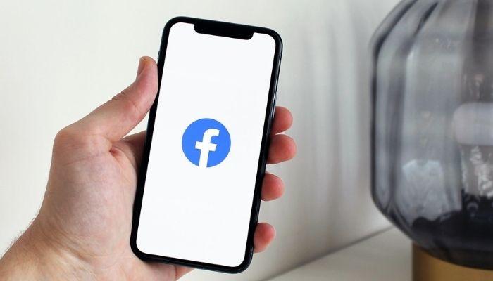 celular con perfil de facebook en la pantalla