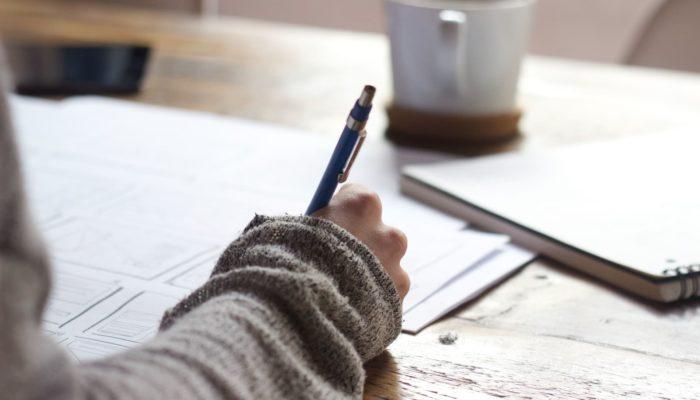 mujer escribiendo el proceso de ventas