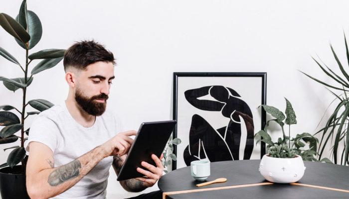 persona creando proyecto emprendedor en internet