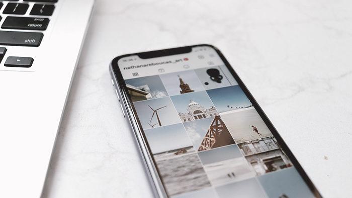 Foto de um celular com várias fotos no aplicativo no Instagram.