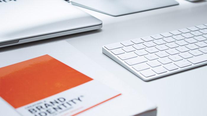 Mesa de trabalhado com elementos para representar branding exemplos.