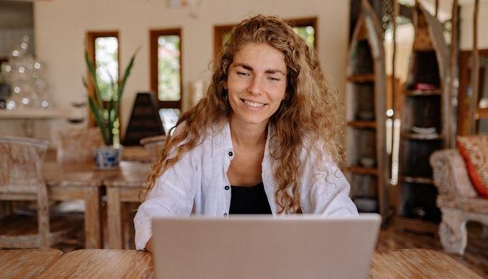 mujer estudiando trade marketing con su computadora