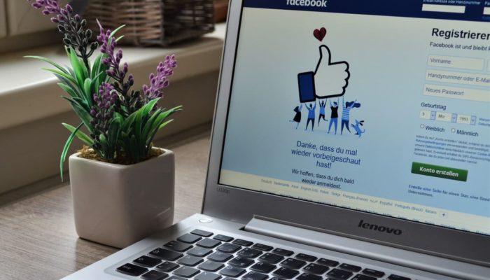 pantalla de computadora con la url de facebook