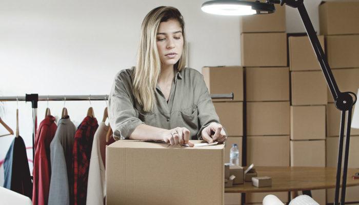 mujer preparando un paquete para venta de productos o servicios de México a otros países