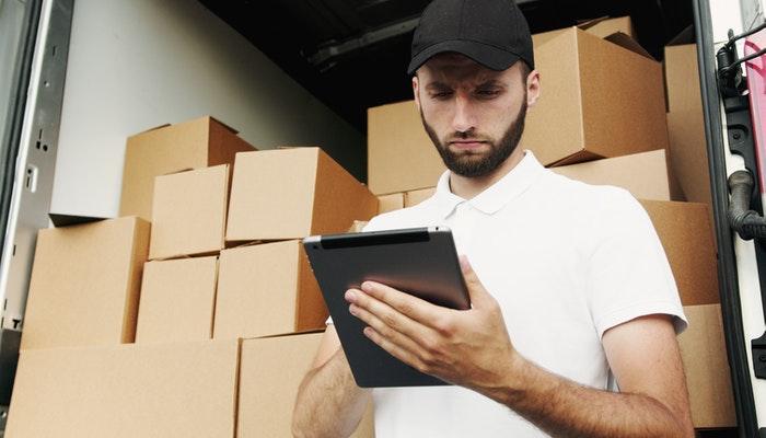 Imagem mostrando um homem separando encomendas, representando uma loja de dropshipping.