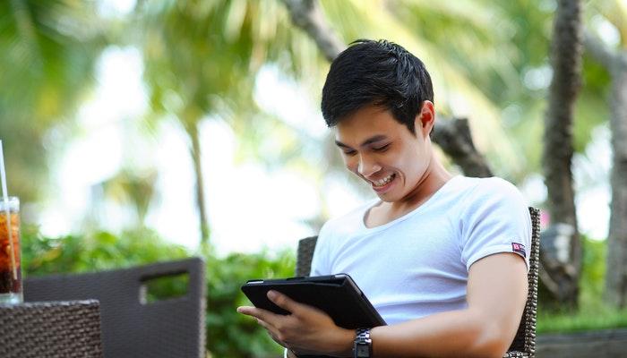 Imagem mostrando um homem utilizando um tablet, representando negócios digitais.