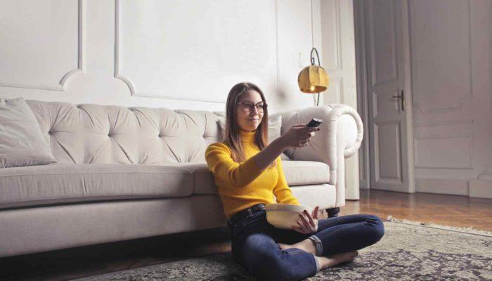 mujer sentada viendo películas para emprendedores