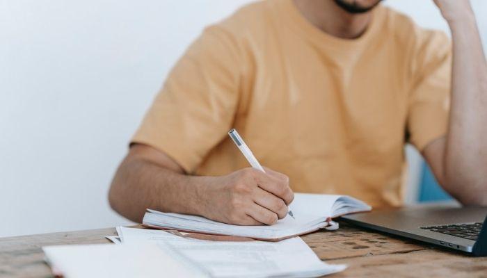 hombre estudiando el público objetivo