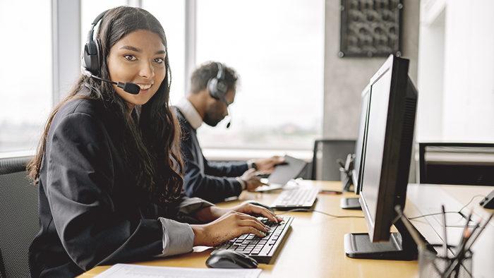 Foto de mulher trabalhando no Serviço de Atendimento ao Consumidor de uma empresa para representar o que é SAC.