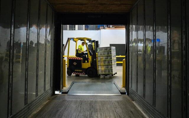Homem carregando caixas na empilhadeira representando o serviço da transportadora Jadlog